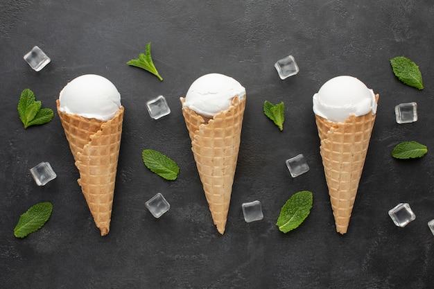 Вид сверху мороженое на конусах с кубиками льда