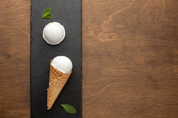 コピースペースとコーンのアイスクリーム