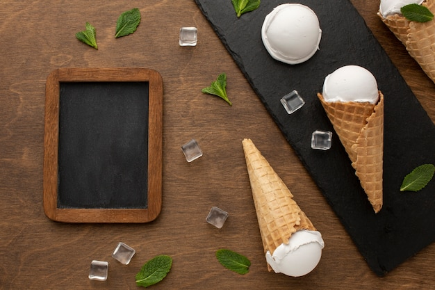黒板とコーンのアイスクリーム