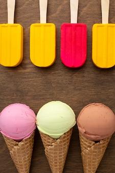Выровненное мороженое на палочках и шишках