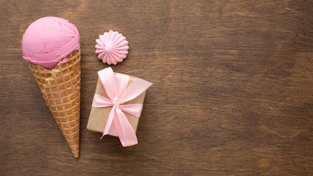 Ароматное мороженое на конусе с подарком