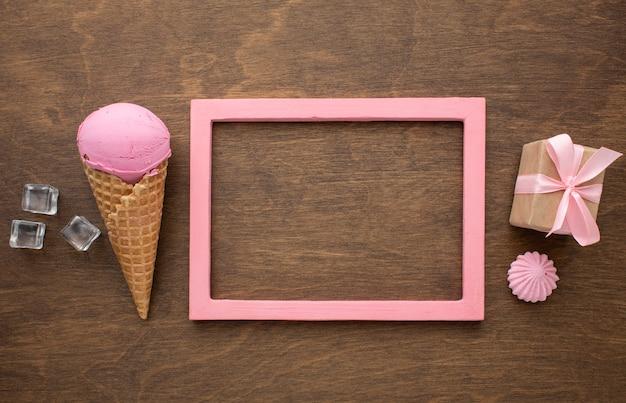 Ароматное мороженое на конусе с рамкой и подарком