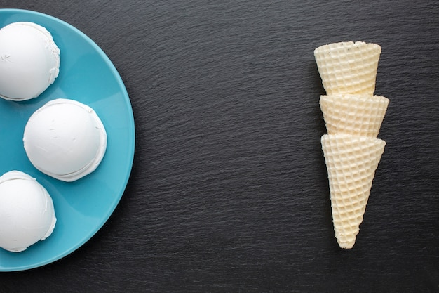 Ароматные чашки мороженого и шишки