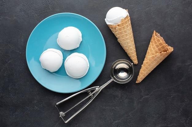 Вид сверху тарелка с чашки мороженого