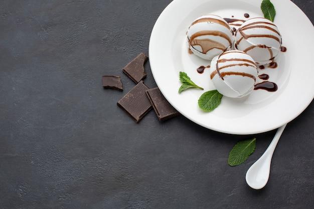Высокий угол тарелки с ароматным мороженым