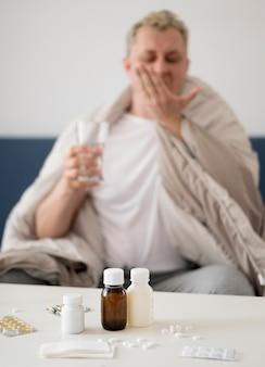 彼の薬を飲んで病気の人