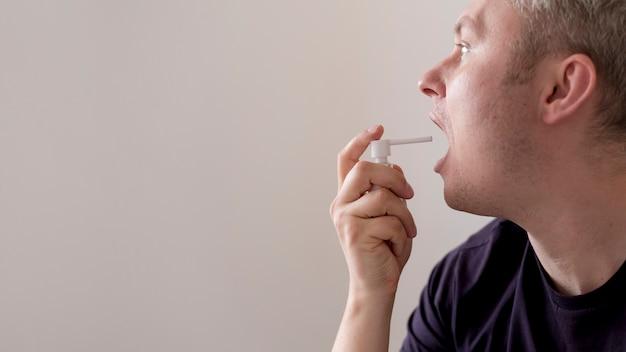 喉の痛みのコピースペースの治療を使用している人