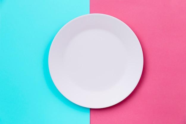 Белая чистая пустая тарелка сверху