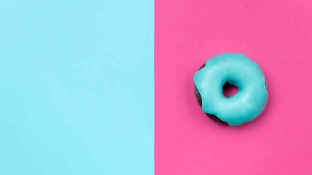 Сладкий глазированный пончик копией пространства