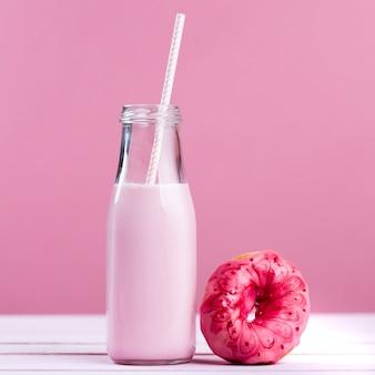 Глазированный пончик и клубничный молочный коктейль