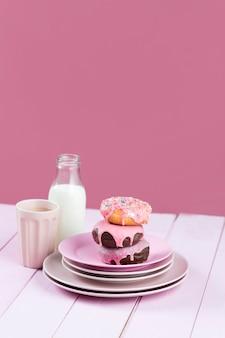 Глазированные пончики и молоко