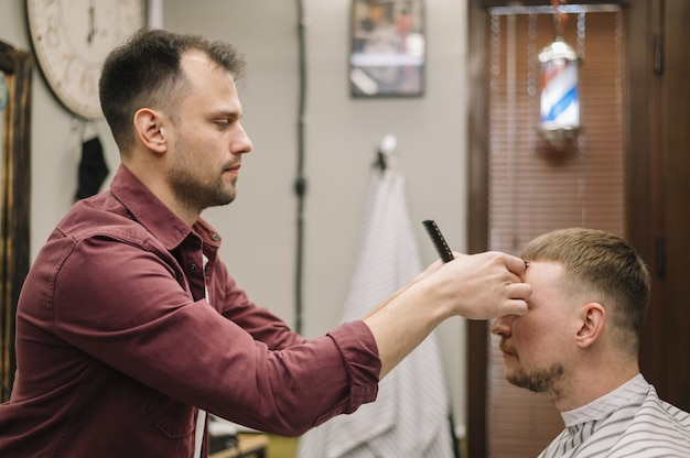 Вид сбоку парикмахерской концепции