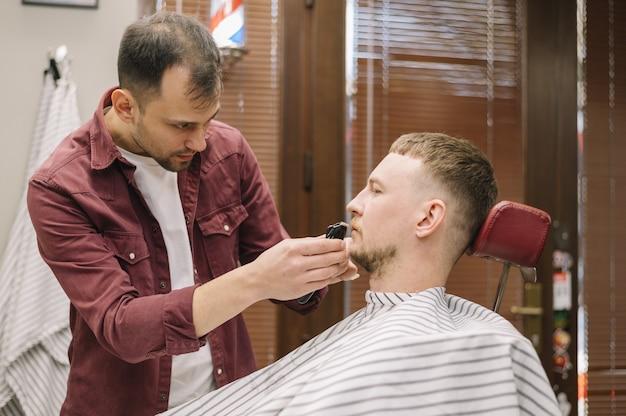 Вид спереди человека брить бороду