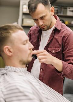 Вид спереди человека в парикмахерской