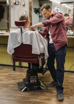 Полный выстрел человека в парикмахерской