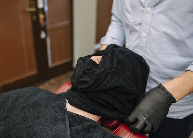 Высокий угол человека в парикмахерской концепции
