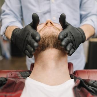 Крупным планом вид человека в парикмахерской