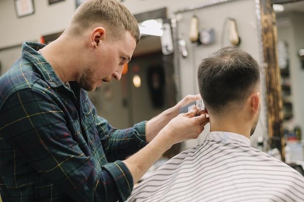 理髪店で男の正面図