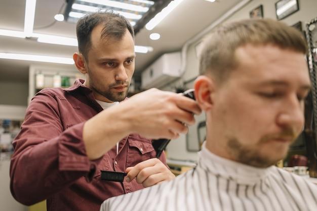 散髪を持つ男の正面図