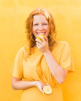 レモンを舐めるスマイリーの女の子
