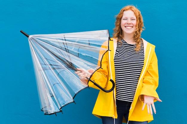 Девушка держит зонтик
