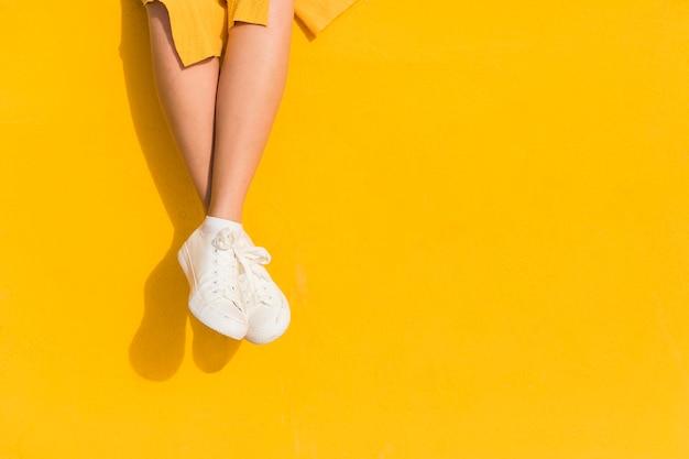 Крупным планом женщина на желтом фоне