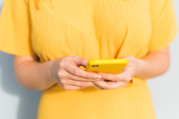 スマートフォンを保持しているクローズアップの女の子