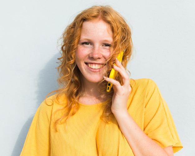 電話で話している女の子