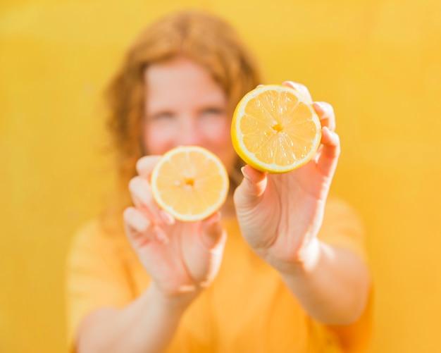 レモンを保持しているぼやけた女の子