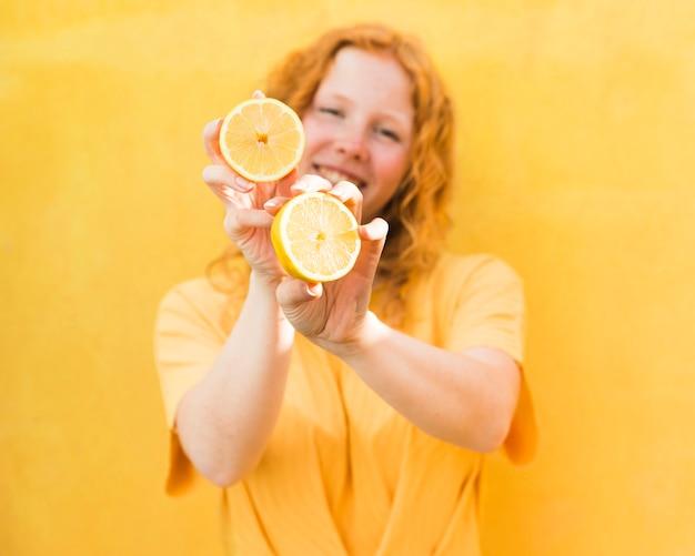 レモンを保持しているミディアムショットの女の子
