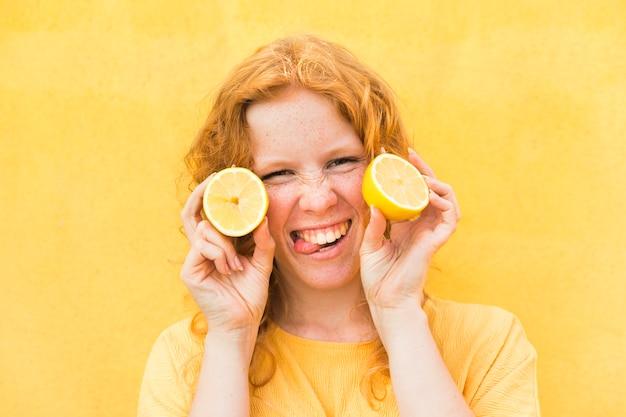 レモンとクローズアップの幸せな女