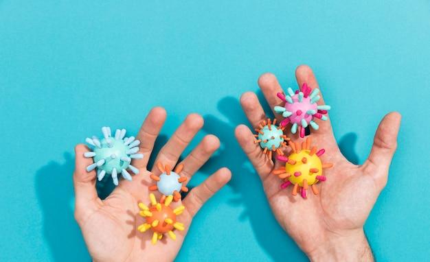 Рука с коллекцией вирусных бактерий