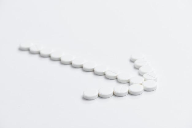 ハイアングル白い錠剤矢印