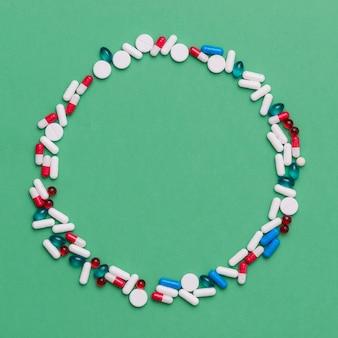 カラフルな薬と一緒に円形フレーム