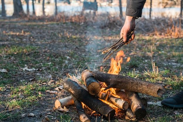 たき火でキャンプ