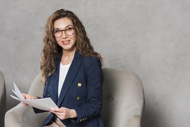 Вид спереди женщины, держащей документы с копией пространства