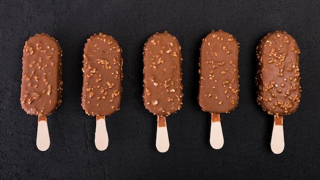 Вид сверху шоколадное мороженое