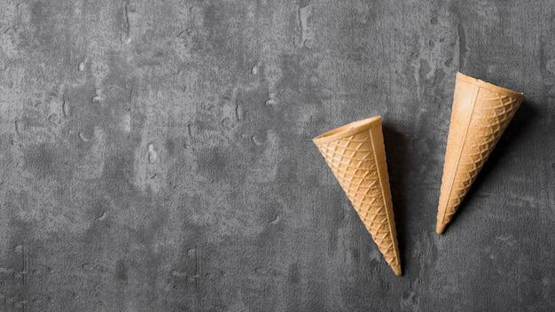 コピースペースを持つ平面図アイスクリームコーン