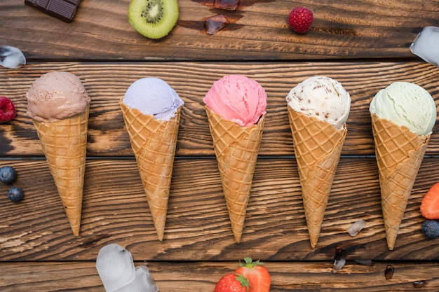 Вид сверху мороженое с фруктами