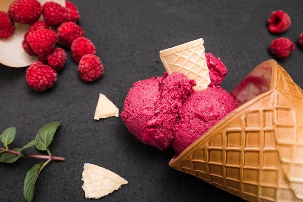 Крупным планом мороженое с фруктами