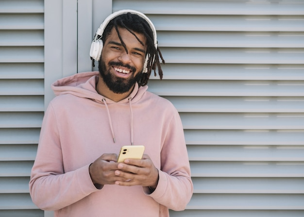 Милый афроамериканский человек слушает музыку
