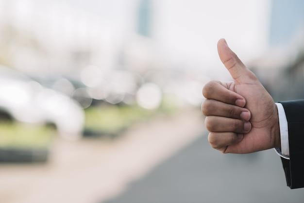 Рука показывает палец вверх жест
