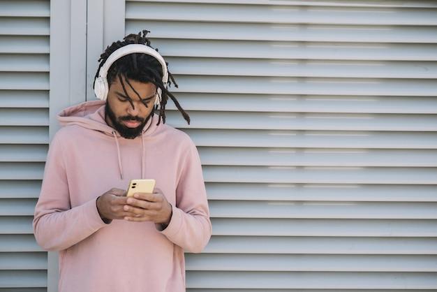 Афроамериканский мужчина слушает музыку
