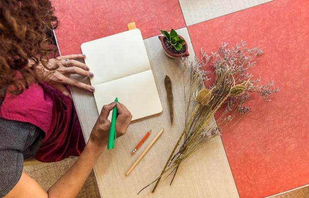 Вид сверху женщина, писать в тетради
