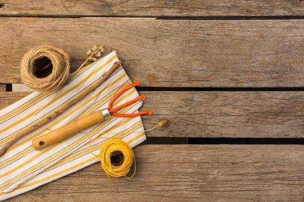 Садовые инструменты на деревянный стол с копией пространства