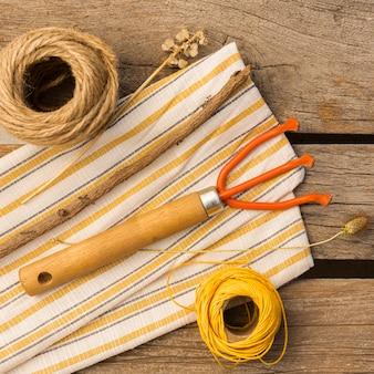 木製のテーブルの園芸工具