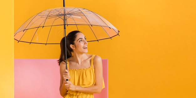 Счастливая женщина в желтом платье