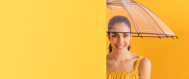 黄色のドレスで幸せな女