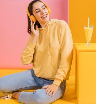 Счастливая женщина со стаканом сока