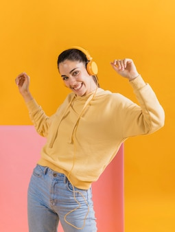 Счастливая женщина наушников